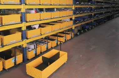 (04) Стеллажная инсталляция на профессиональном складе. Серийные модули (слева) и прототипы (справа).