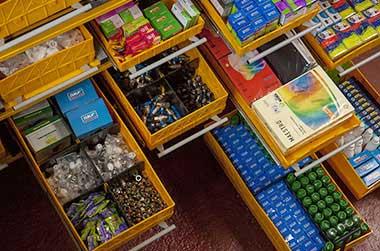 (02) Стеллажная инсталляция. Модули, заполненные мелкоштучным товаром.